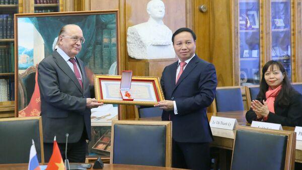 Huân chương Hữu nghị của Việt Nam lấp lánh ở MGU - Sputnik Việt Nam