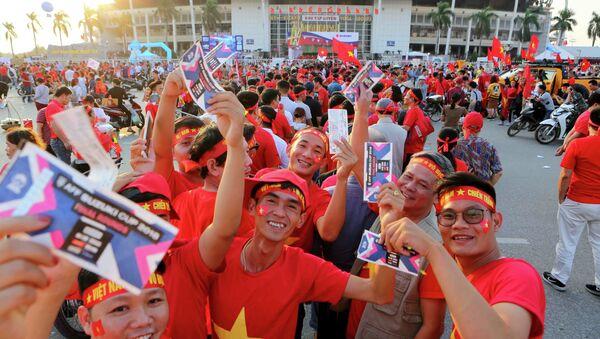 Cổ động viên xếp hàng vào xem trận bán kết lượt về giữa đội tuyển Việt Nam gặp gặp Philippines trên sân Mỹ Đình, Hà Nội. - Sputnik Việt Nam