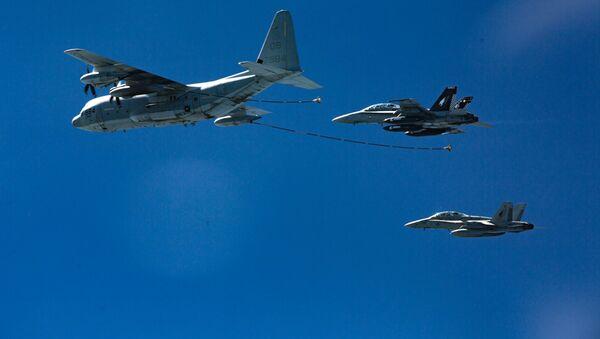 Máy bay chiến đấu F/A-18 (trái) và máy bay chở dầu КС-130 (phải) - Sputnik Việt Nam
