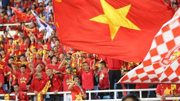 Cổ động viên Việt Nam tại sân vận động Mỹ Đình. - Sputnik Việt Nam