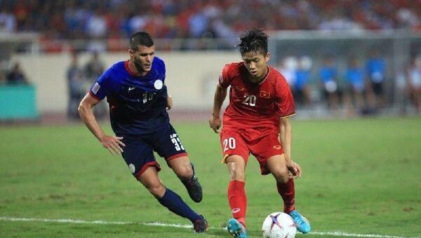 Pha đi bóng của cầu thủ Văn Đức qua cầu thủ đội tuyển Philippines. - Sputnik Việt Nam