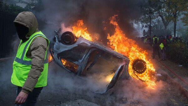 Chiếc xe bị đốt cháy trong phong trào biểu tình phản đối áo ghi lê vàng ở Paris - Sputnik Việt Nam