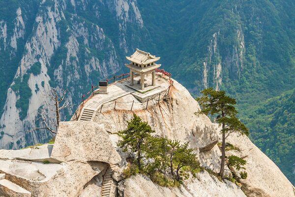Ngôi nhà trên đỉnh núi Huashan ở Trung Quốc. Ngọn núi này được coi là một trong năm đỉnh thiêng trong Đạo giáo và nổi tiếng với việc leo lên đỉnh núi rất khó khăn và nguy hiểm. Ở đó, ở độ cao hơn hai ngàn mét so với mực nước biển, là một quán trà, xưa kia từng là ngôi đền cổ kính. - Sputnik Việt Nam