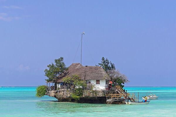 Nhà hàng The Rock ở Tanzania, nằm trên vách đá nhỏ ở Ấn Độ Dương gần bãi biển Michanvi Pingwe. - Sputnik Việt Nam