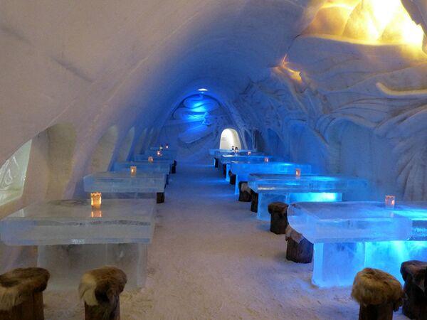 Nhà hàng LumiLinna trong Lâu đài tuyết ở Kemi, Phần Lan. Thị trấn nhỏ của Phần Lan được biết đến với sự kiện hàng năm một pháo đài được xây dựng từ tuyết cùng với khách sạn, nhà nguyện và một nhà hàng. - Sputnik Việt Nam