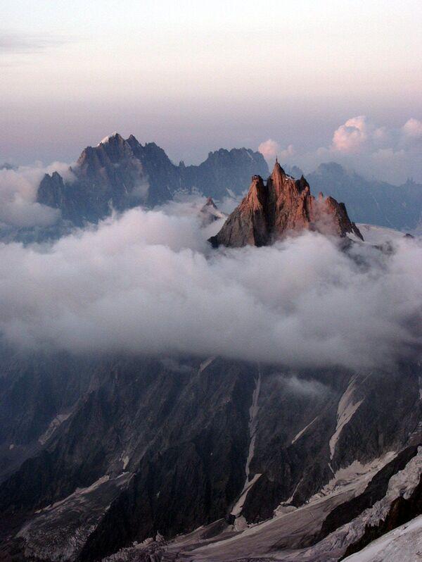 Đỉnh núi Aiguille du Midi ở Pháp. Ở độ cao hơn 3800 mét là một trong những nhà hàng cao nhất, đi đến đó chỉ có thể bằng cáp treo. - Sputnik Việt Nam