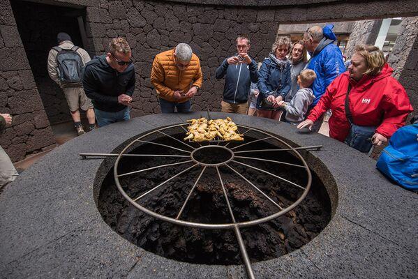 Khách du lịch trong nhà hàng El Diabolo, trong đó thức ăn được chuẩn bị trên miệng núi lửa, Lanzarote, Tây Ban Nha - Sputnik Việt Nam