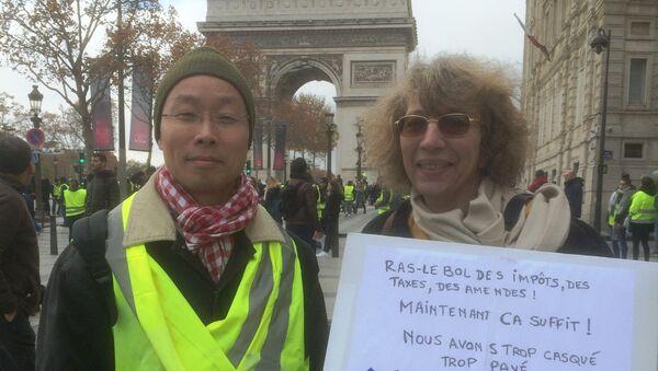 Ông Phạm Phú Cường tham gia phong trào Áo Vàng tại Paris - Sputnik Việt Nam