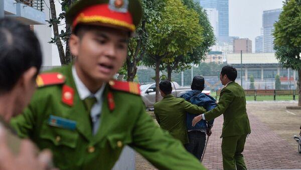 Cảnh sát phải ập vào, cách ly cđv quá khích ra để tránh xô xát - Sputnik Việt Nam