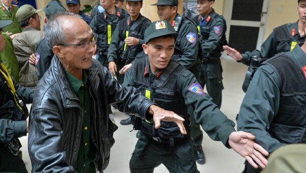 Lực lượng an ninh vất vả can ngăn CĐV không tràn qua cửa, vào các phòng làm việc - Sputnik Việt Nam