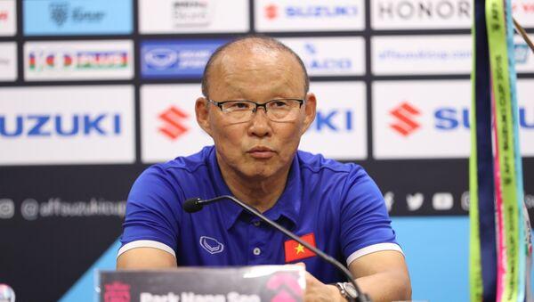 HLV Park Hang Seo trả lời tại buổi họp báo. - Sputnik Việt Nam