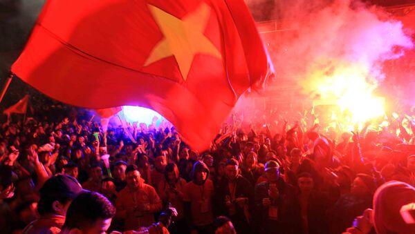 Cổ động viên thành phố Hải Phòng cổ vũ hết mình tại sân vận động Lạch Tray. - Sputnik Việt Nam