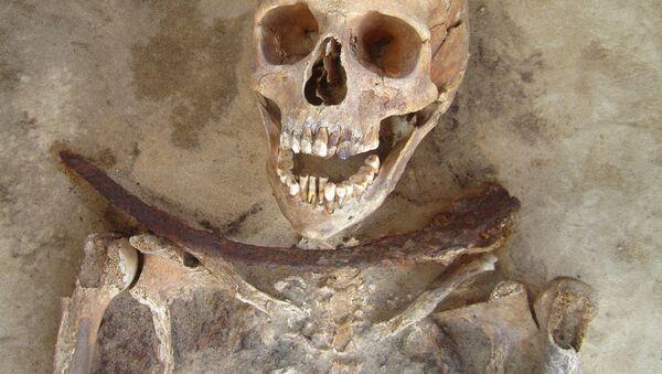 Могила с останками человека с серпом на шее, обнаруженная в Польше - Sputnik Việt Nam