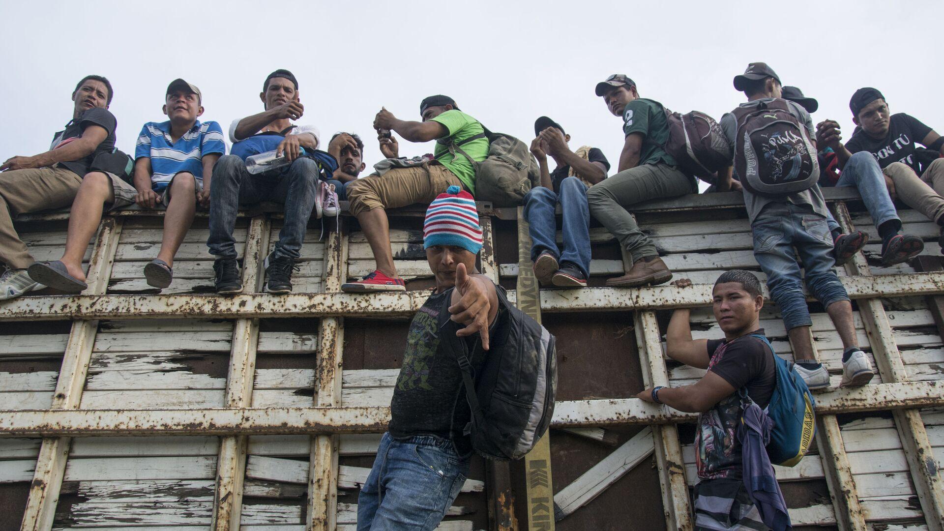Những người dân di cư từ Honduras đang hòa vào dòng người đi qua lãnh tổ Mexico về hướng biên giới với Hoa Kỳ - Sputnik Việt Nam, 1920, 21.09.2021