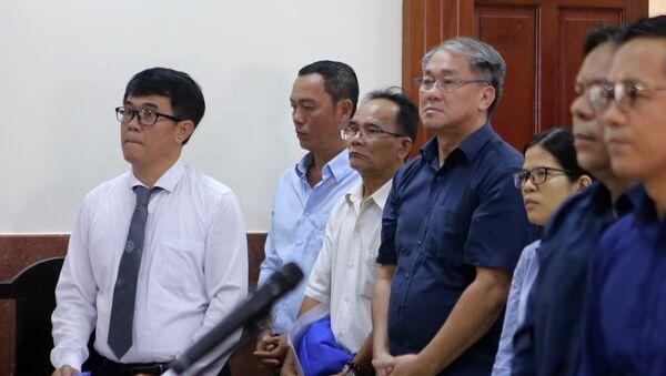 Bị cáo Phạm Công Danh (áo xanh đứng giữa) tại phiên tòa ngày 12/12/2018 - Sputnik Việt Nam