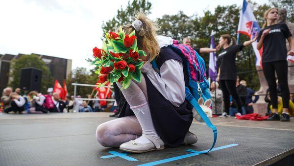 Дети выступают на вселатвийской акции Марш за русские школы НАШ ВЫБОР в Риге - Sputnik Việt Nam