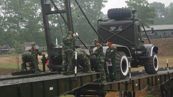 Cán bộ, chiến sĩ công binh Lữ đoàn 543 luyện tập bắc cầu - Sputnik Việt Nam