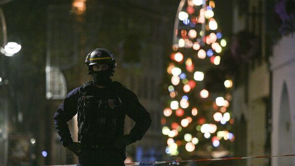A policeman patrols in the rue des Grandes Arcades in Strasbourg, eastern France, after a shooting breakout, on December 11, 2018. - Sputnik Việt Nam