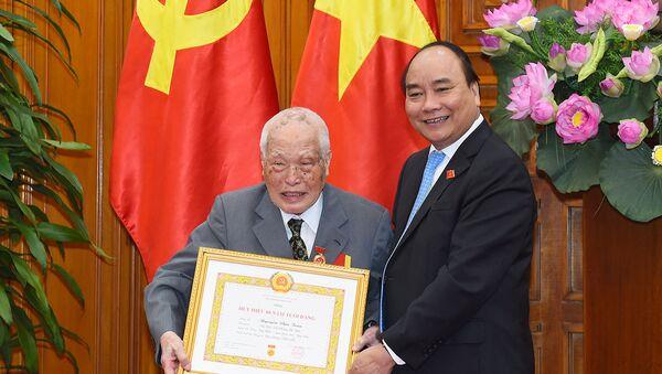 Thủ tướng Nguyễn Xuân Phúc trao Huy hiệu 80 năm tuổi Đảng cho đồng chí Nguyễn Văn Trân, nguyên Bí thư Trung ương Đảng - Sputnik Việt Nam