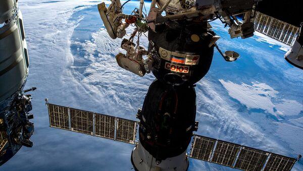 Hai phi hành gia của Roscosmos Oleg Kononenko và Sergey Prokopyev bước vào không gian vũ trụ ngày 11 tháng 12 năm 2018 - Sputnik Việt Nam