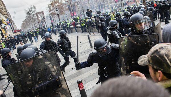 Nhân viên thực thi pháp luật trong thời gian diễn ra phong trào biểu tình áo vàng ở Paris - Sputnik Việt Nam