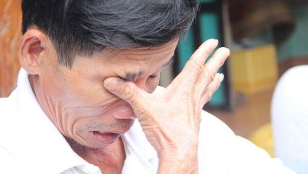 Ông Bùi Thanh Phong lau nước mắt khi nói:  Vợ chồng tôi cũng chưa kịp nói với nó được lời cảm ơn - Sputnik Việt Nam