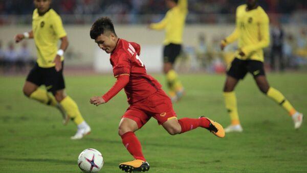 Quang Hải (19) tiếp tục tỏa sáng khi có đường chuyền quyết định cho Anh Đức (11) ghi bàn mở tỉ số trận đấu ở phút thứ 6. - Sputnik Việt Nam