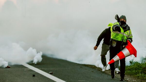 Lựu đạn hơi cay được sử dụng để chống lại áo gilê vàng trên đại lộ Champs Elysées - Sputnik Việt Nam