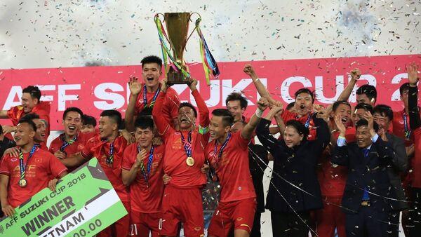 Các tuyển thủ Việt Nam giương cao chiếc cúp vô địch AFF Suzuki Cup 2018. - Sputnik Việt Nam