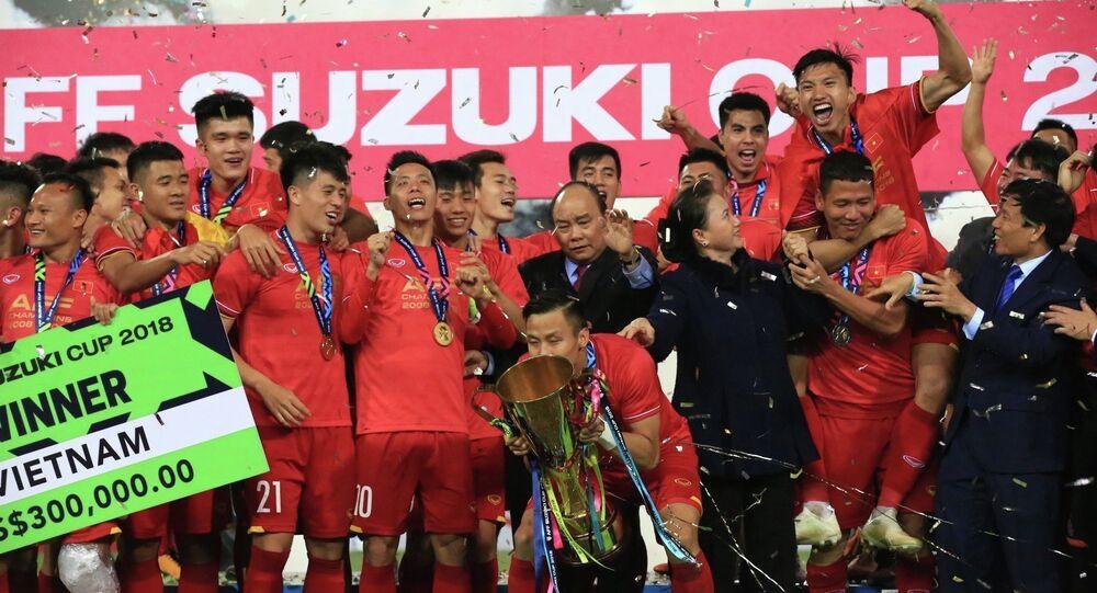 Thủ tướng Nguyễn Xuân Phúc, Chủ tịch Quốc hội Nguyễn Thị Kim Ngân, Bộ trưởng Bộ VH, TT và DL Nguyễn Ngọc Thiện cùng chung niềm vui chiến thắng với các tuyển thủ Việt Nam.