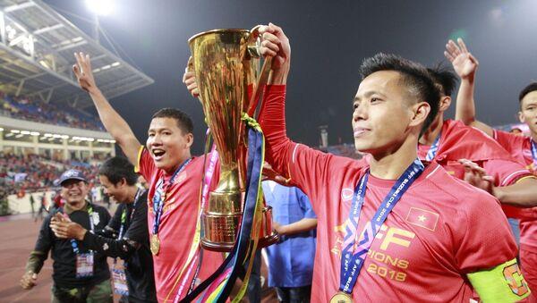 Văn Quyết, Anh Đức cùng các cầu thủ giương cao chiếc cúp vô địch AFF Suzuki cup 2018 chạy quanh sân vận động Mỹ Đình, chia vui với người hâm mộ. - Sputnik Việt Nam
