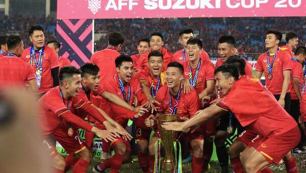 Niềm vui bất tận của các tuyển thủ Việt Nam với chiếc cúp vô địch AFF Suzuki cup 2018. - Sputnik Việt Nam
