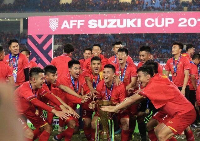 Niềm vui bất tận của các tuyển thủ Việt Nam với chiếc cúp vô địch AFF Suzuki cup 2018.