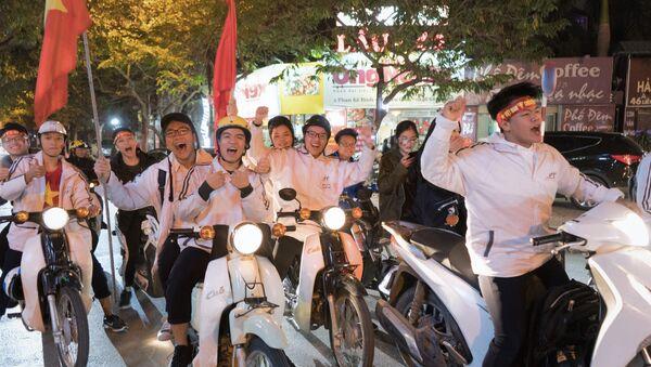 Cổ động viên Hà Nội ăn mừng chiến thắng của đội tuyển Việt Nam trước Malaysia - Sputnik Việt Nam