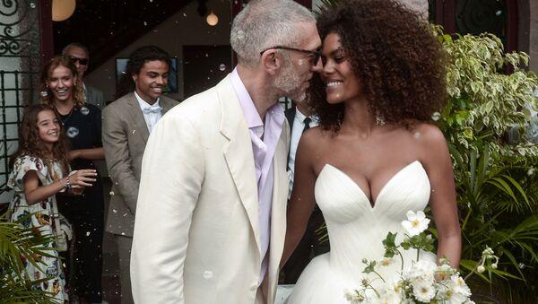 Diễn viên người Pháp Vincent Cassel và người mẫu Pháp Tina Kunakey tại lễ cưới ở Bidart, Pháp - Sputnik Việt Nam