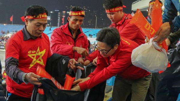 Phó Thủ tướng Vũ Đức Đam tham gia dọn rác sau trận đấu tại Mỹ Đình - Sputnik Việt Nam