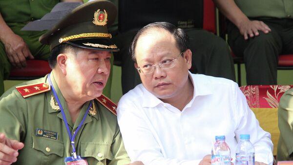 Ông Bùi Văn Thành - Thứ trưởng Bộ Công an và Tất Thành Cang trong buổi diễn tập chữa cháy - Sputnik Việt Nam