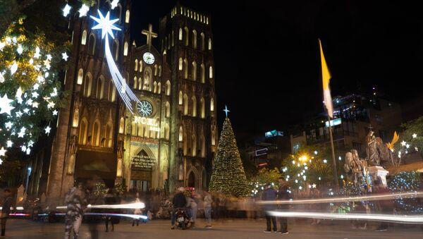 Nhà thờ lớn ở Hà Nội được trang hoàng cho Lễ Giáng sinh vào buổi tối  - Sputnik Việt Nam