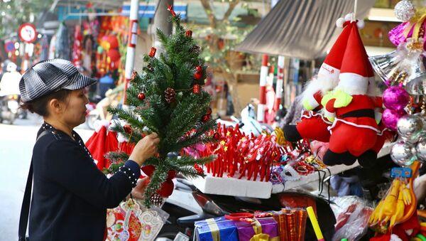 Đồ trang trí chuẩn bị cho Noel 2018 được bày bán trên phố Hàng Mã - Sputnik Việt Nam