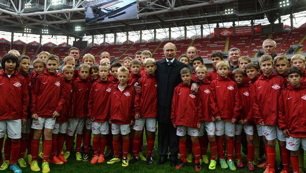 27 tháng 8 năm 2014. Tổng thống Nga Vladimir Putin (giữa) cùng các cầu thủ trẻ trong chuyến thăm sân vận động Otkrytie Arena - sân nhà đầu tiên của câu lạc bộ bóng đá Spartak- Moskva ở Tushino. - Sputnik Việt Nam
