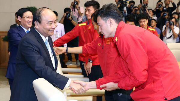 Thủ tướng Nguyễn Xuân Phúc và các thành viên Đội tuyển bóng đá nam. - Sputnik Việt Nam