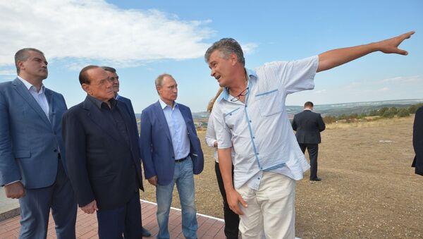 Cựu Thủ tướng Silvio Berlusconi và Tổng thống Nga Vladimir Putin trong cuộc gặp tại đài tưởng niệm những người lính Vương quốc Sardinia hy sinh trong chiến tranh Crưm - Sputnik Việt Nam