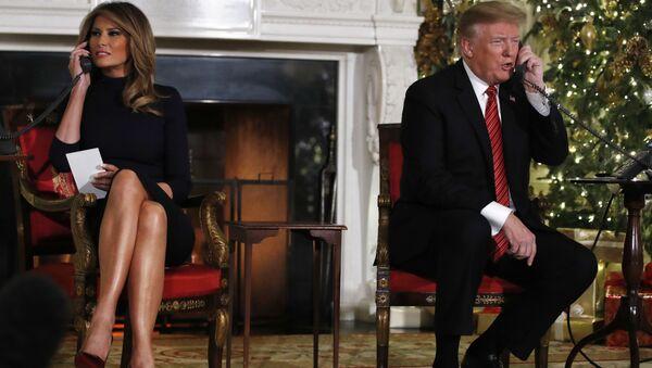 Tổng thống Mỹ Donald Trump và phu nhân Melania tại thời điểm nhận thông tin về việc ông già Noel đi qua vào đêm Giáng sinh - Sputnik Việt Nam