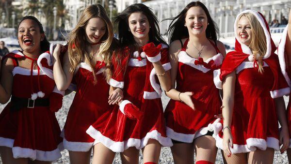 Các cô gái mặc trang phục Noel trong kỳ nghỉ Giáng sinh ở Pháp - Sputnik Việt Nam