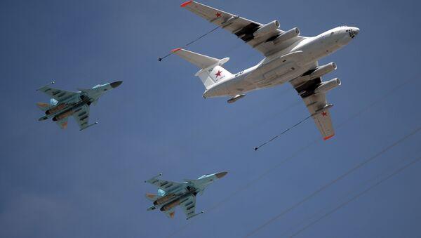 Самолёт-заправщик Ил-78 и истребители-перехватчики МиГ-31 в воздухе - Sputnik Việt Nam