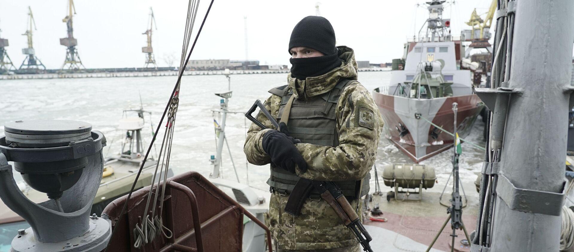 Украинский военный на борту патрульного корабля в порту Мариуполя - Sputnik Việt Nam, 1920, 19.11.2020