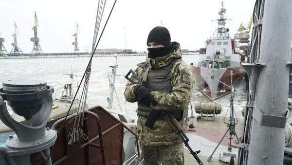 Украинский военный на борту патрульного корабля в порту Мариуполя - Sputnik Việt Nam