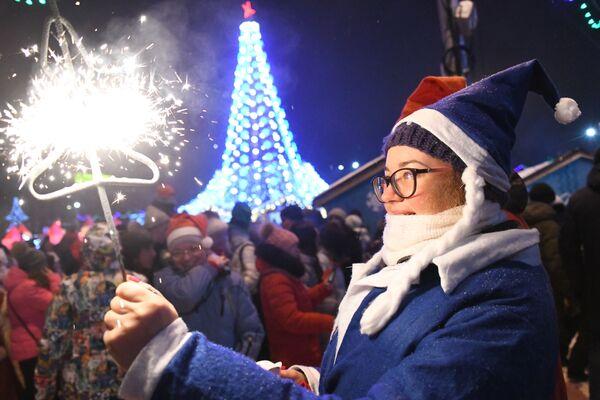 Cô thiếu nữ Nga ở thị trấn Năm Mới trên Quảng trường Lenin ở thành phố Novosibirsk - Sputnik Việt Nam