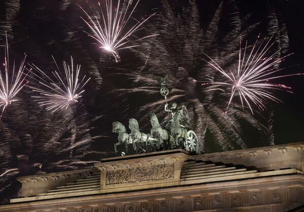 Cổng Brandenburg trên nền pháo hoa Năm Mới, Berlin - Sputnik Việt Nam
