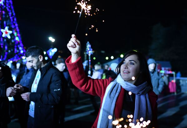Cô gái với cây pháo sáng trong lễ hội đón Năm Mới 2019 ở Yalta - Sputnik Việt Nam